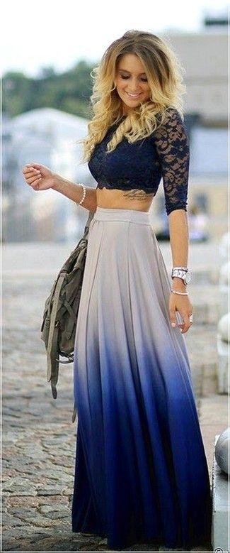 Look de moda: Top Corto de Encaje Azul Marino, Falda Larga Plisada Blanca y Azul, Bolsa Tote de Lona Verde Oliva, Pulsera Plateada