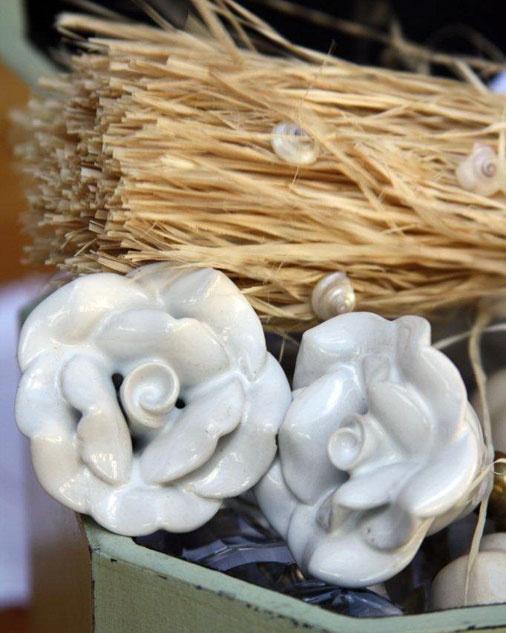 Stunning ceramic door knob in the shape of a flower. Size is 5cm diameter