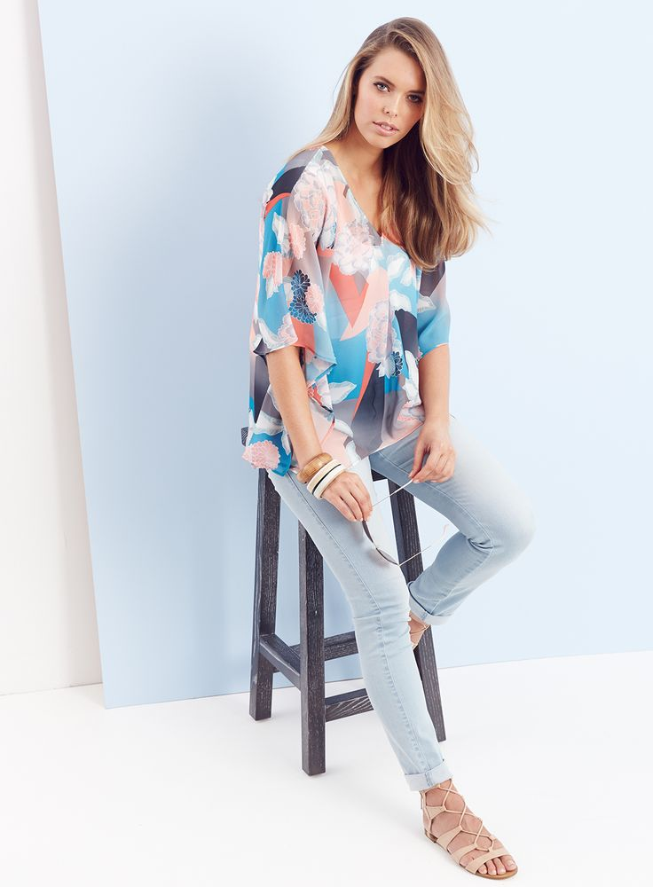 THE KAFTAN TOP / Dressed Down / Casual chic - Relax your look with light wash jeans and nude sandals