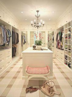 Un dressing immense et chic. http://www.m-habitat.fr/petits-espaces/dressing/les-dressings-sur-mesure-2643_A?utm_content=buffer29d26&utm_medium=social&utm_source=pinterest.com&utm_campaign=buffer