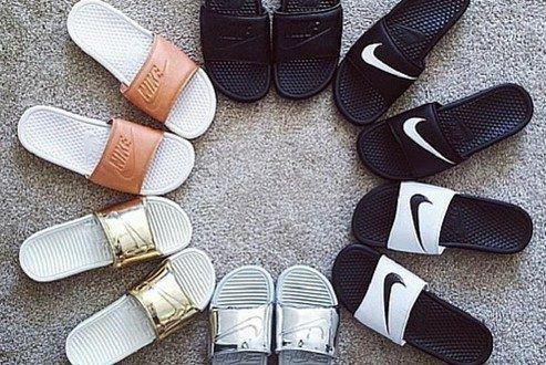 Os slides, chinelos de uma só tira, estão de volta à moda