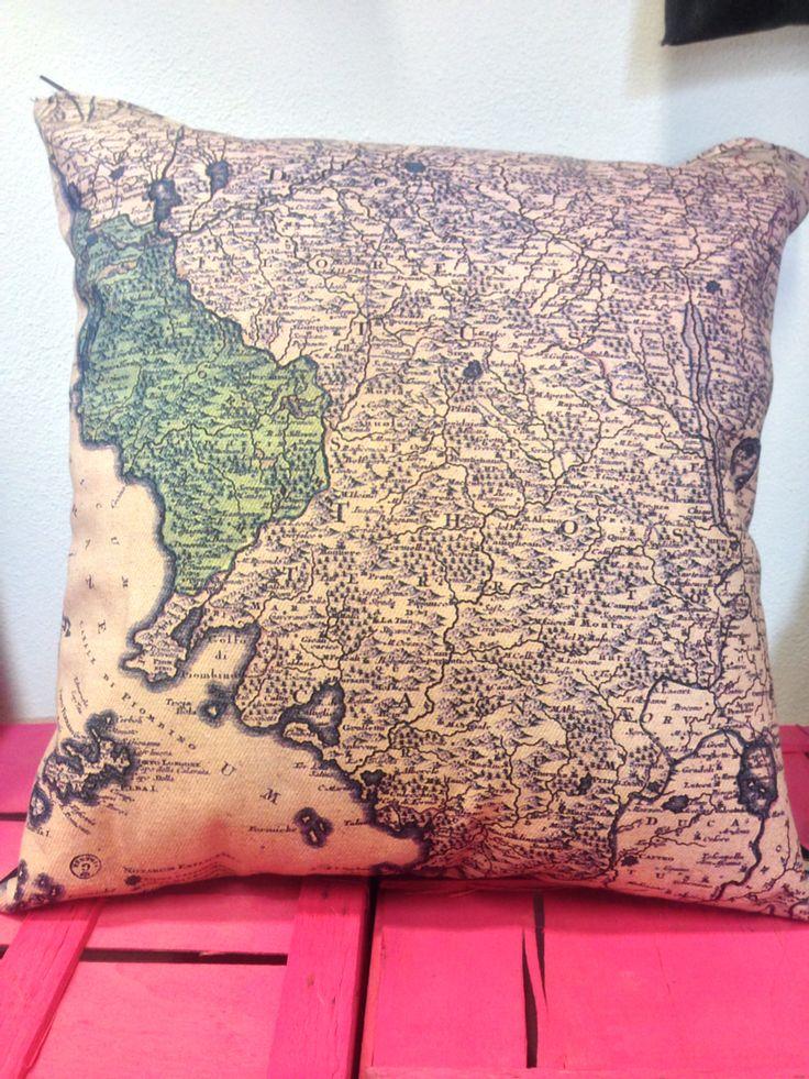 Pillows con mappa storica della Toscana - realizzato su cotone anni '50 #maps #elisacaruso #atelierpiazzasantagostino #reuse #sangimignano #tuscany #handmade #madeinitaly #fashion