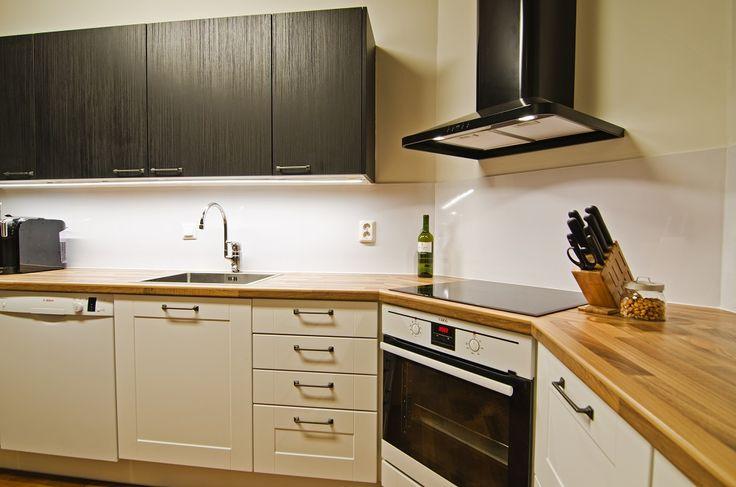 Ovet: Torino valkoinen mdf kalvo/Bella musta sekä tasoina palapähkinä laminaatti.