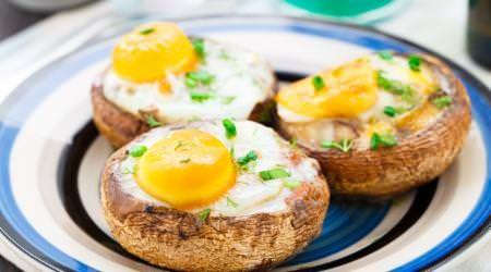 Gefüllte Champignons  Zutaten für 1 Portion 3 Champignons (roh) 3 Eier Salz Pfeffer etwas Petersilie