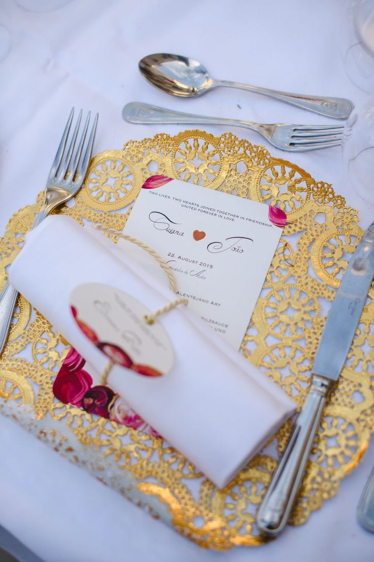 Elegant Wedding reception table setting with golden dollies and hand painted menu cards and name tags. Cake & Confetti Weddings. Photo by Quemcasaquerfotos
