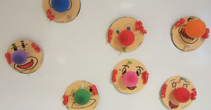 Wir haben Clowns gebastelt - als Einladungskarten:             Bierdeckel wurden mit Papierbeklebt, das Gesicht aufgemalt,   und eine Wasse...