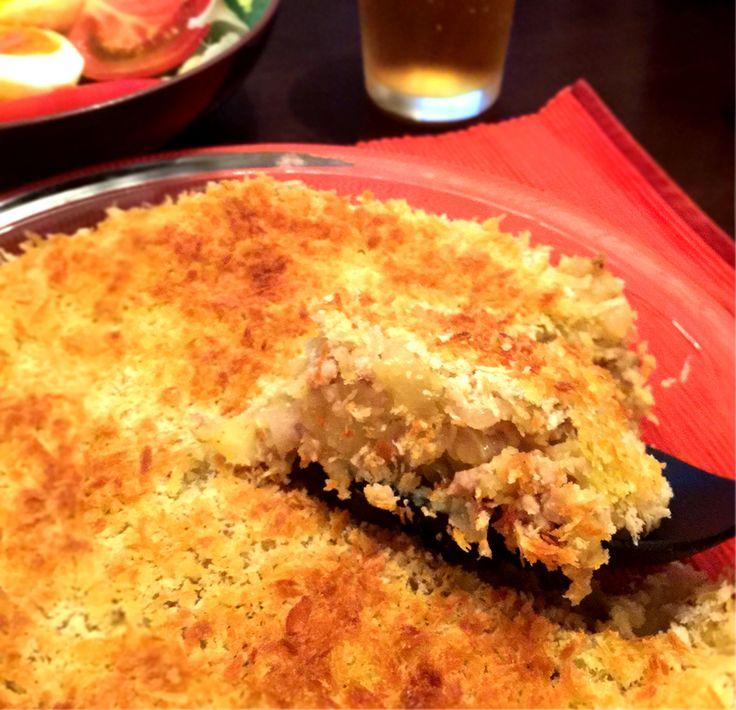 コロッケが好き。 できたてアツアツコロッケのサクッとした食感、たまりません。 ビールのおともに最高! ……でも、コロッケを作るのって、けっこう面倒なんですよね。 タネを作って、丸めて、小麦粉、卵、パン粉を付けて、しかもそのあと揚げなきゃいけなくて。 そんなめんどくさがりな私にぴったりなカンタン「スコップコロッケ」を今回はご紹介します。なんと、揚げなくていいのです! まずはタネづくり [材料] じゃがいも 中4個(500gぐらい) 玉ねぎ 1個 挽肉 150g パン粉 油 塩コショウ 買ってくるものはこれだけです。シンプル。 卵や小麦粉も使いません。 まず、じゃがいもを茹でます。30分ぐらいかか…
