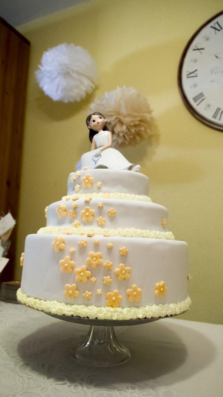 CAKE TOPPER.  Comunión en tonos amarillos y beige. Figura de tarta y pompones a juego hechos a mano. Pide presupuesto a detallescolibri@gmail.com +info www.detallescolibri.com