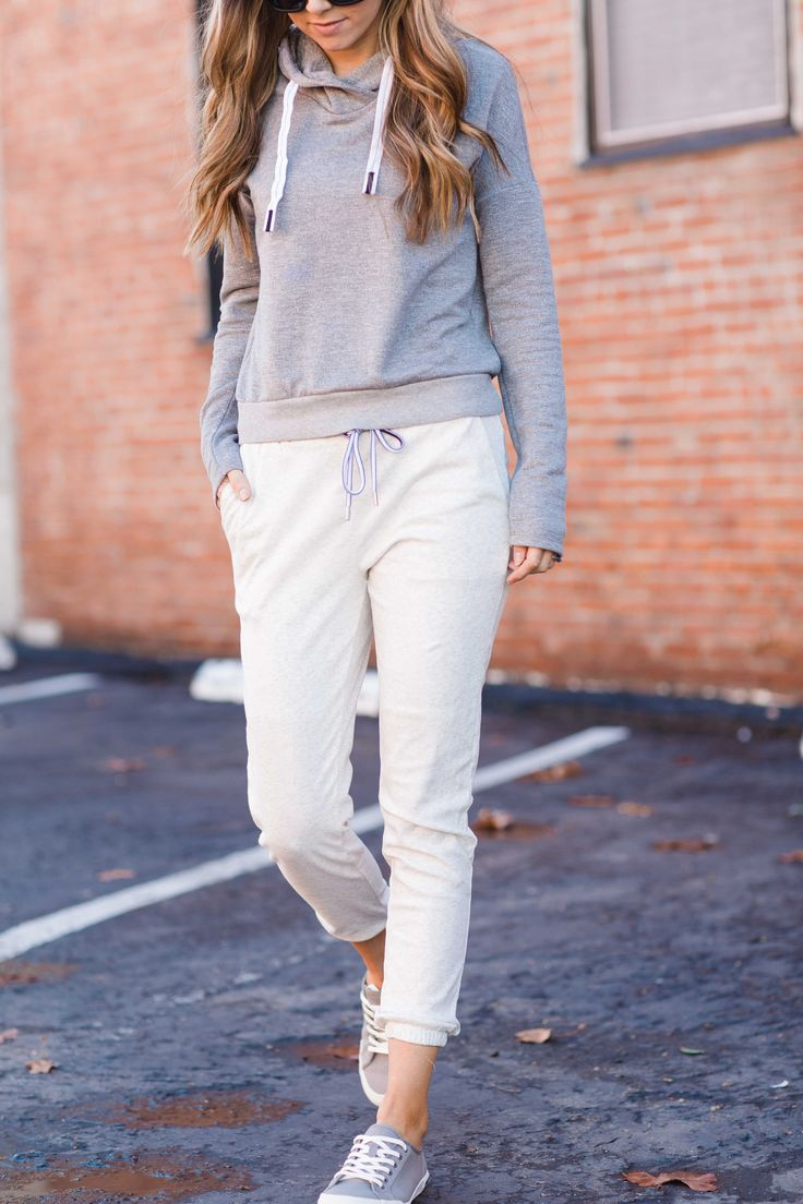 A simple athleisure look with a pair of joggers and a sweatshirt from my @StitchFix box. These joggers are so versatile! #ad