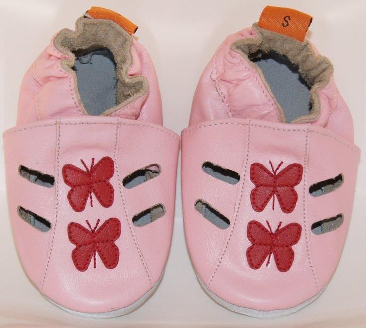 De butterfly sandals zijn zomerse rosekleurige open babyslofjes met rode vlinders.