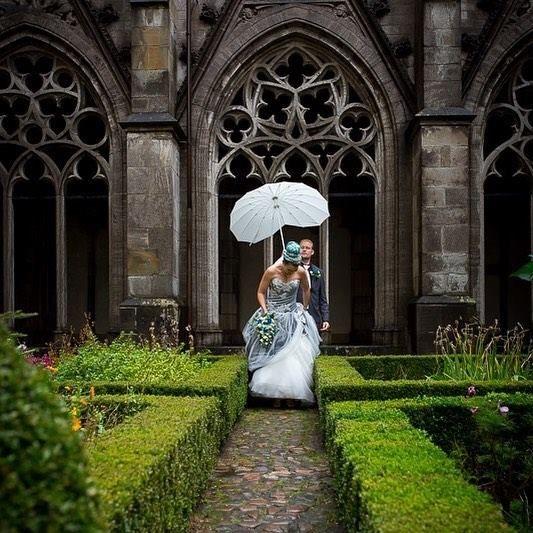 BRUIDSREPORTAGE | UTRECHT Soms is de regen een uitdaging op je bruiloft meestal levert het prachtige plaatjes op!  De bruid en bruidegom met een mooie witte hartvormige paraplu in het Pandhof baast de Domkerk - Utrecht. . . . . . #bruiloft #trouwen #bruidsreportage #utrecht #utrechthotspot #pandhof #domtuin #paraplu #wedding #regen #bruid #bruidegom #kloostertuin http://ift.tt/2hpz1jM #fotograaf #utrecht #beloved www.heleenklop.nl