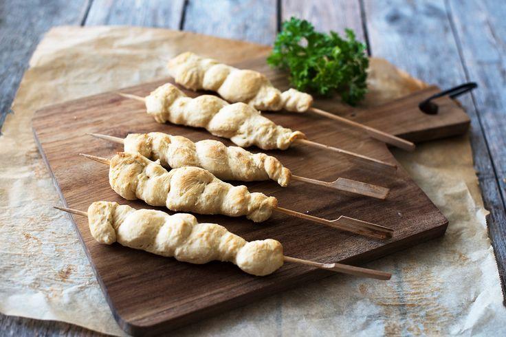Pinnebrød på tur er en sikker vinner! Her er tipsene som gjør at du lykkes med deigen og stekingen. Oppskrift på pinnebrød.