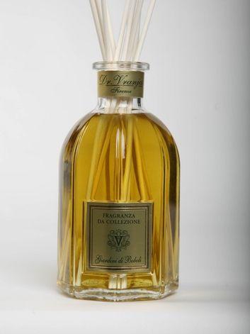 Создавая аромат BOBOLI, Dr.Vranjes вдохновлялся знаменитыми флорентийскими садами. Сложный букет аромата нужно понять, прочувствовать. Базовые ноты валерьяны немного холодят и навевают ощущение величественной старины, но в сочетании с теплыми цветочными нотами аромат создает атмосферу уюта и тепла, передает настроение ранней осени: опавших желтых листьев, уже раскрывшихся цветов, в нем можно уловить даже запах земли и мха. #homefragrance #drvranjes #imagineparfum