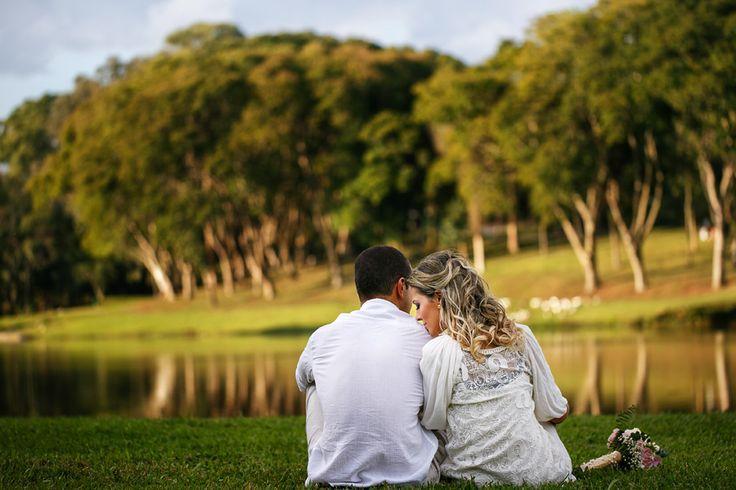 Fotos de casal no sentados no parque São Lourenço ao por do sol e em frente ao lago
