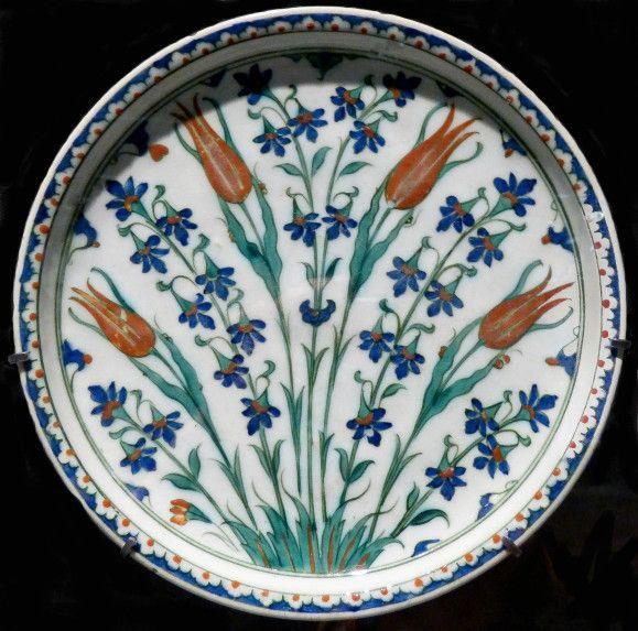 Plat aux tulipes Iznik vers 1560-1575