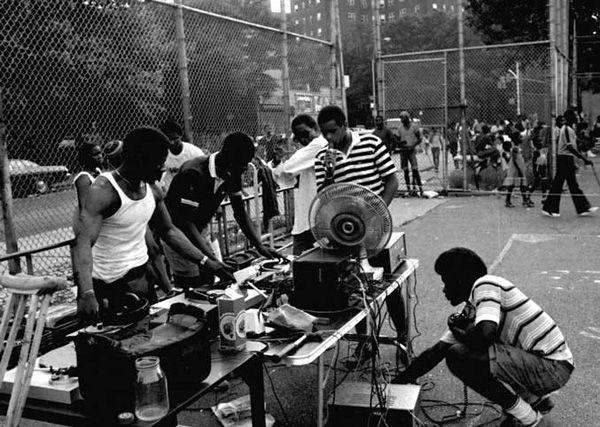 """El hip hop como música surgió a finales de los años 1960, cuando las fiestas callejeras o """"block parties"""" se volvieron frecuentes en la ciudad de Nueva York. Fuente: http://undermex.galeon.com/historia.html"""