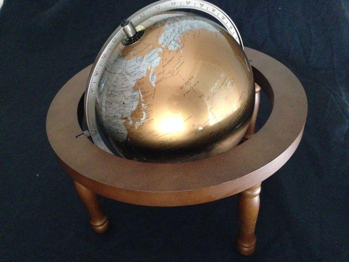 Vintage luxe earth globe in gedraaid hout basis  Luxe earth globe op beuken houten base metalen structuur en de wereld beweegt en draait met zijn schalen en posities een zeer gedetailleerd. Het kan gemakkelijk worden gedemonteerd. De benen zijn geschroefd in de base. Basis van metingen 38 x 20 cm bol diameter 28 cm. zeer goede conditie ongebruikte veilige verpakking naar bestemming  EUR 0.00  Meer informatie