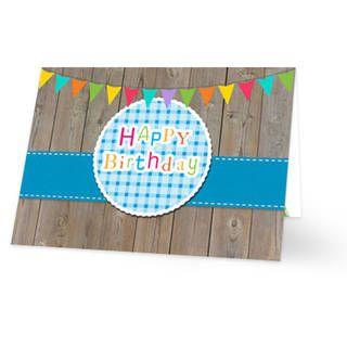 Een verjaardagskaart voor een jongen. De achtergrond is van steigerhout. Daarvoor loopt een blauw lint met een blauwe sticker met daarop ''HAPPY Birthday'' geschreven. Bovenaan hangen gekleurde slingers. De binnenkant van de verjaardagskaart is wit met bovenaan een rij van gekleurde slingers.