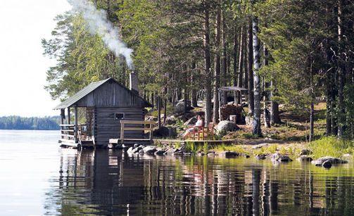 Harmaa sauna vanhoista hirsistä.