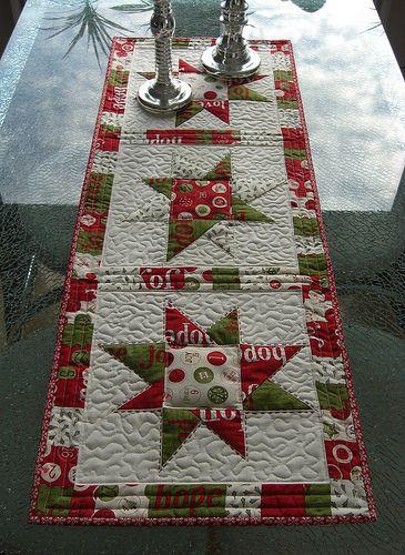 Mein Countdown To Christmas Tischläufer ist fertig. Ich habe ein paar gerade Linien gequiltet, dazu etwas Stippling und noch ein bißchen Stickerei mit DMC Sticktwist. I finished my Countdown To Christmas table runner. I made some straight line quilting, some free motion stippling and finally I added some embroidery with DMC floss. Ein schönes, schnelles …