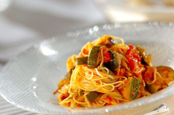トマトやなす、ズッキーニにかぼちゃなど、夏野菜たっぷりのヘルシーパスタ。パスタは細長いカペリーニにすると、ソースがよく絡むそうです。