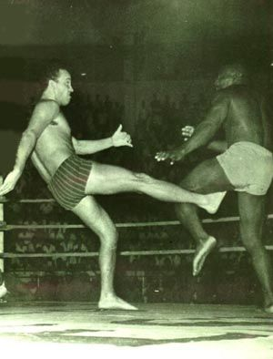 Carlson Gracie (18 yrs old, 72kg) fighting Waldemar Santana (94kg). This was Carlson Gracie's first professional vale tudo. Carlson revenged Prof. Helio's loss to Santana.