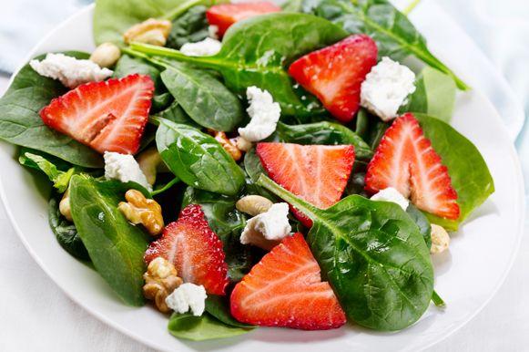 Salada de espinafre e nozes ainda recebe pedaços de morango, nozes e queijo tipo feta