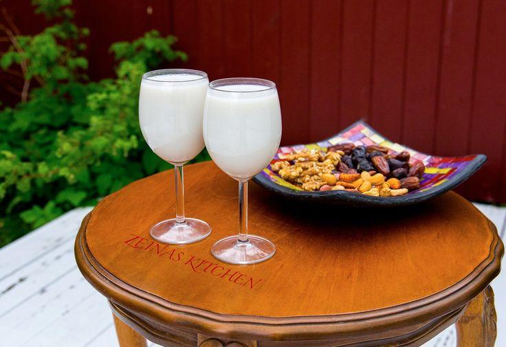 Sobia är en egyptisk drink med smak av kokos och ris. Under månaden Ramadan är sobia ett måste vid maten för många. Den släcker törsten och ger energi efter en lång dags fasta. Glöm inte att följa Zeinas Kitchen på Instagram HÄR! för mer inspiration och goda recept 😀 Ca 1,2 liter sobia 1 burk kokosmjölk (400 ml) 0,5 dl pulvermjölk utspädd i 2,5 dl vatten (läs tips nedan) 2 msk rismjöl 0,5 dl riven kokos 1-2 dl socker (justera sötma efter smak) 5 dl vatten TIPS! Pulvermjölk har man i…
