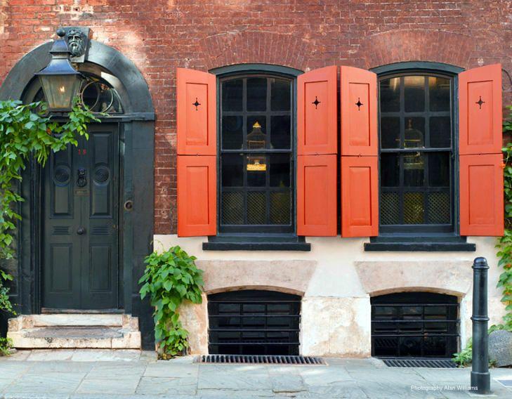 Volet orange brul cadres de fen tres et porte noirs for Couleurs facades exterieures