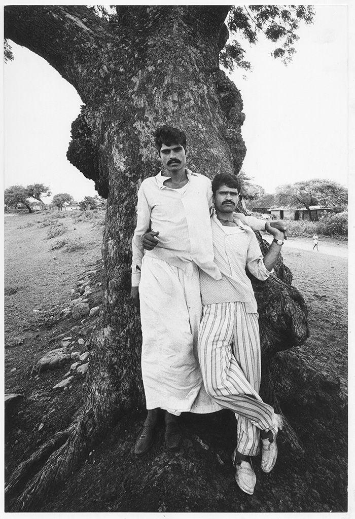 Depuis ses années d'école, Gianni Berengo Gardin était fasciné par Mahatma Gandhi. Quand il a eu l'occasion de voyager en Inde en 1977, il a été inspiré pa