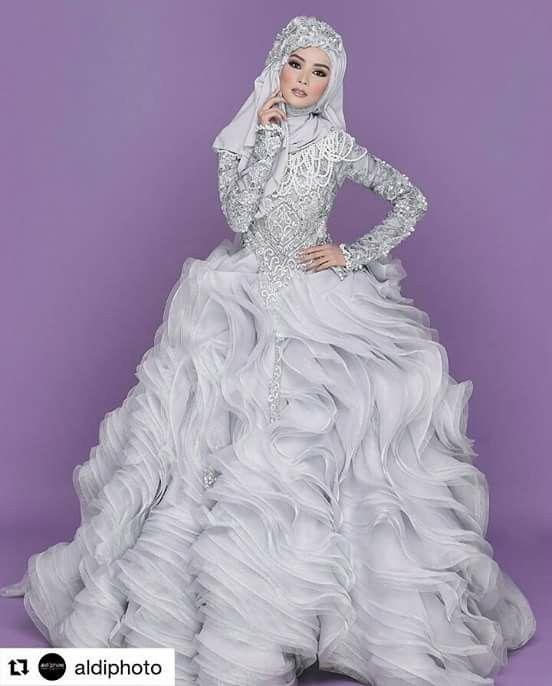 Kolaborasi in luxury❤ Photoshoot by @aldiphoto @jokiphotography Makeup by @bennusorumba Hijab by @sanggarmiarosa @miarosa_moslembride Dress by @anniesahasibuanofficial @anniesahasibuan Venue by @zeusstudio Model by @mellyabskrn #bridal #bridalstyle #bridalgown #hijab #hijabers #hijabpengantin #hijabstyle #hijabbymiarosa #photography #photoshoot #likeforlike #follow #followtofollow #instadaily #instagram #instapict