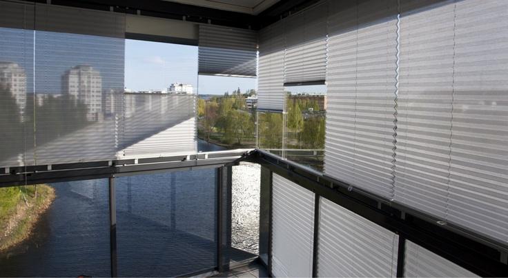 Vill du behålla utsikten samt reflektera bort värmen från din balkong? Välj då vårt screentyg, Grey Day.