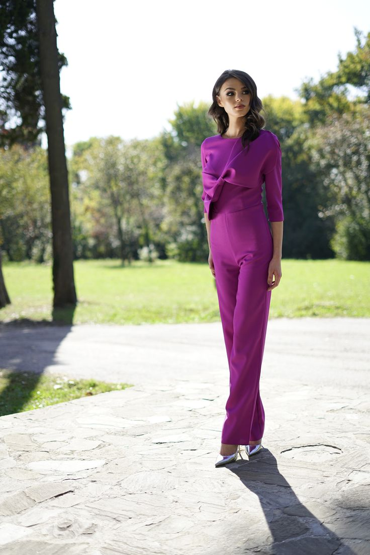Still wondering what to wear at an elegant event when it's chilly outside? A chic and sophisticated choice could be an overall in a strong and vibrant color. Discover the Fucsia Luciana Overall in our online shop