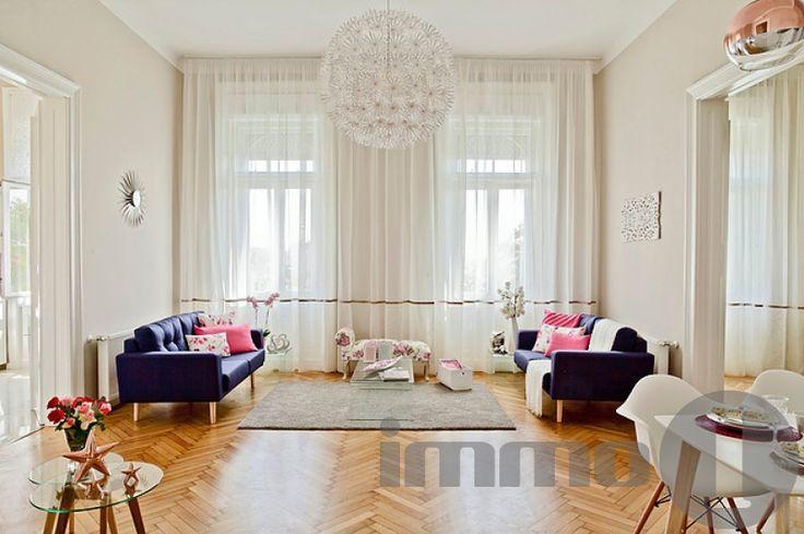 Belső-Ferencvárosban (IX. kerület) a Boráros téren  eladó egy dunai örök panorámával rendelkező, rendelkező, kivételes adottságú, magas minőségben felújított, étkezőkonyhás, nappali + két hálószobás, 2+1 fürdőszobás, gardróbos, 112 nm-es, 2 bejáratos, rendkívül tágas, napfényes, déli tájolású, HARMADIK emeleti polgári lakás szép, liftes házban.