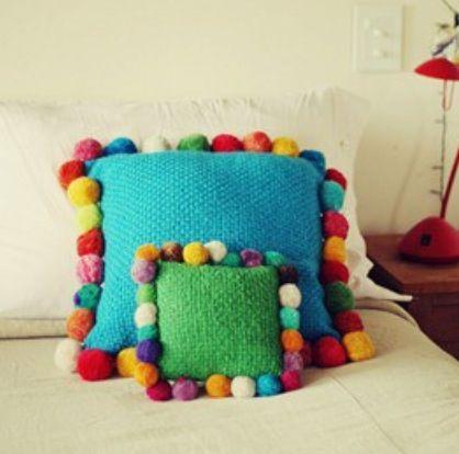 Hermosa almohada con pompones! Cuteeee!!!