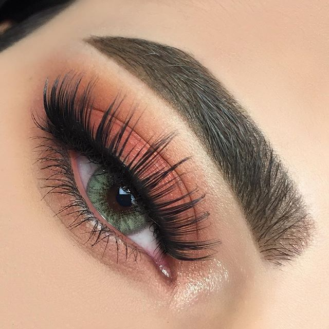 Naturel brown/coral eye makeup