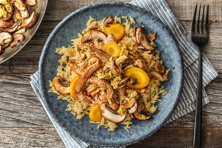 Indische rijst met varkenshaasreepjes, zoetzure saus, oosterse groenten en kardemom Recept | HelloFresh