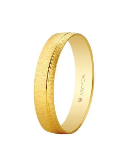 ALIANZA DE BODA ORO TEXTURA-BRILLO RANURADA. Alianza de boda en oro de 18 quilates con doble terminación. Este anillo cuenta con un acabado texturizado en su superficie, con una preciosa ranura terminada en brillo que le aporta frescura y estilo. Anchura: 4,5 mm. Interior plano.