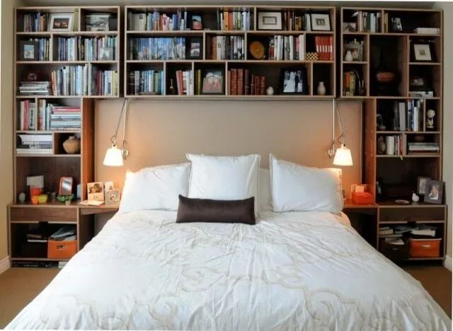 Een eenvoudige manier om toch veel spulletjes kwijt te kunnen in een kleine slaapkamer is het bouwen van een open kast achter het bed. Deze kast kan bestaan uit smalle plankjes, waardoor de kast in principe maar 10-15 centimeter van de kamer hoeft te gebruiken. Je kunt ook een wat grotere kast achter het bed plaatsen, als je deze om het bed heen bouwt. De ruimte boven het bed wordt toch vrijwel nooit benut en kan zo mooi dienen als ruimte voor kleren of boeken.