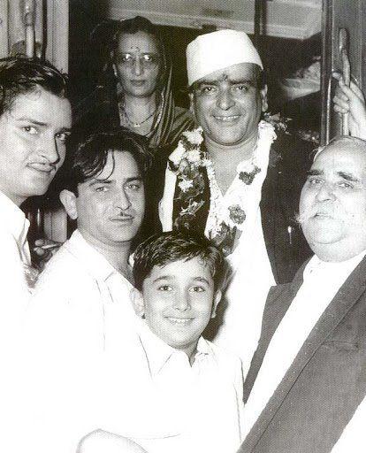 Shammi Kapoor, Raj Kapoor, Ramsarni Devi, Prithviraj Kapoor, Randhiraj Kapoor, and Bhasheswarnath Kapoor. The Kapoor family.
