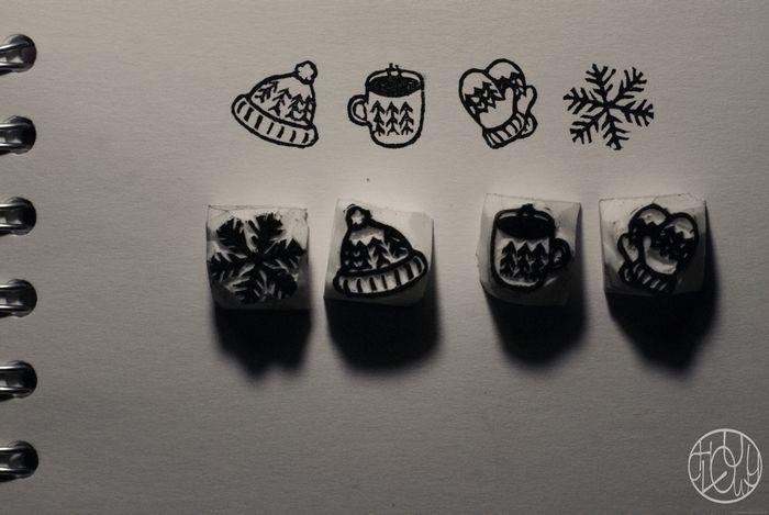 Défi gravure 2018 - 1/6 Tampons d'hiver Voilà ma première réalisation de l'année : des micro tampons sur le thème de l'hiver et de la neige :)