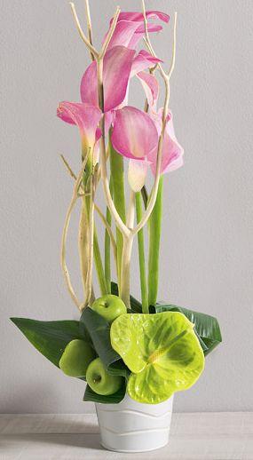 Fleurs Mariage : Caprice Création linéaire et aérienne de callas et anthuriums aux teintes douces