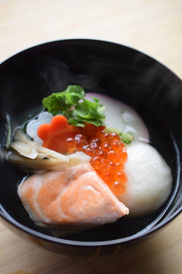 新潟風お雑煮(鰹だし、焼き鮭、いくら、大根、人参、ごぼう、水菜、かまぼこ、丸餅)