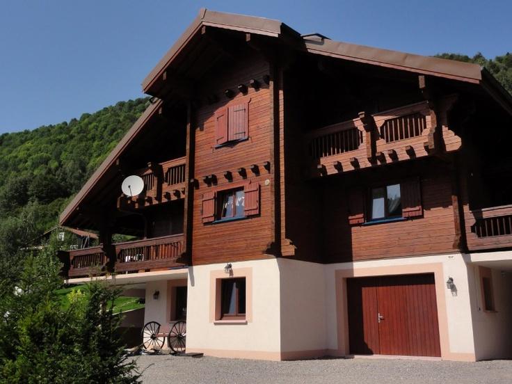 Ce chalet finlandais d'Ikihirsi, situé dans les Vosges en France, offre une qualité vie familiale de haut niveau et s'integre harmonieusement dans son environnement montagnard.