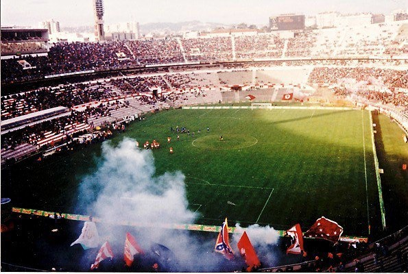 Estadio Da Luz en Diciembre de 1992, partido homenaje a Eusebio entre Benfica y Manchester United y debut de Eric Cantoná.