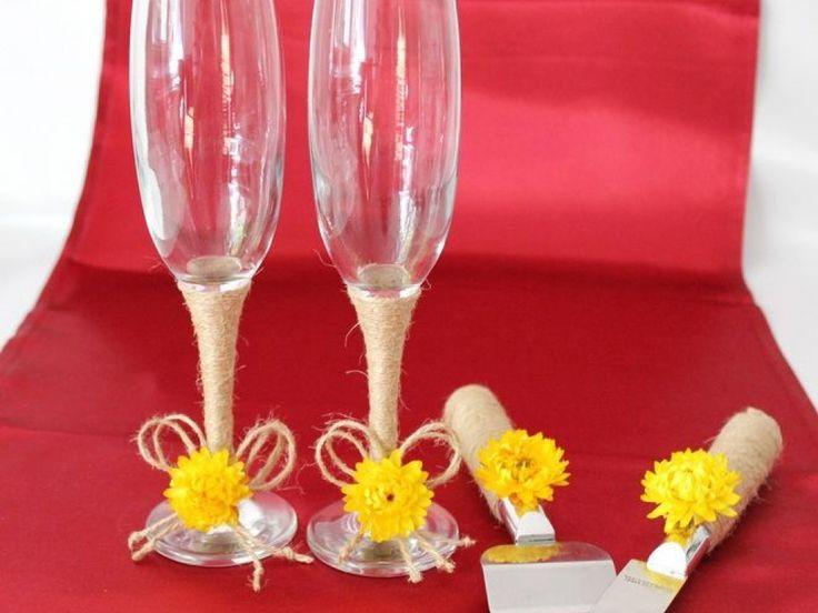 Set tort rustic si pahare nunta, Set tort si pahare nunta rustice, Pahare nunta si set tort iuta floricele  Superset format din pahare nunta si set tort (cutit si paleta pentru servirea tortului). Paharele si setul pentru tort sunt decorate cu snur de iuta si floricele natural uscate.  Pretul afisat este pentru un set de 2 pahare, un cutit si o paleta pentru tort decorate.