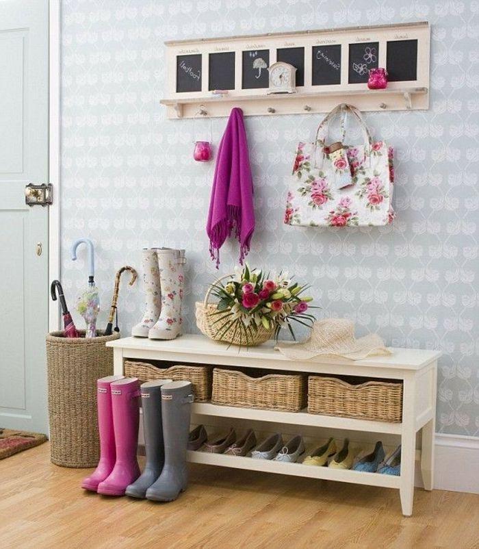 banc de rangement blanc, sac et bottes à motifs floraux