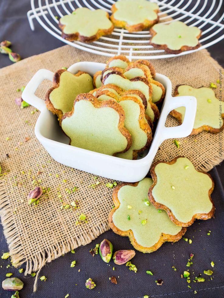Galettes sans gluten à la pistache ornées d'un glaçage vert!