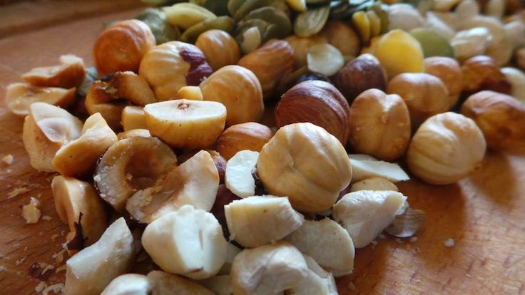 <p>Płatki owsiane, żytnie, orkiszowe czy quinoa można jeść na wiele sposobów. Dobrze wiece, że ja uwielbiam płatki wszelkiego rodzaju i chętnie przygotowuje je na wiele sposobów: tradycyjna owsianka, ciastka owsiane, dodatek do omletów, placuszki białkowo-owsiane. Dzisiaj jednak coś innego: chrupiące, prażone musli. Musli typu crunchy mogą służyć jako śniadanie albo jako deser. Kiedyś bardzo lubiłam […]</p>