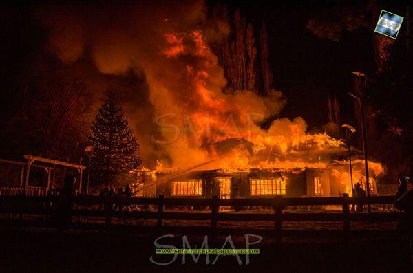 El fuego destruyó una de las casas históricas de San Martín de los Andes